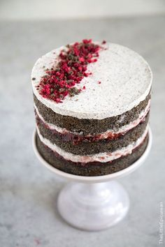 This raspberry black sesame cake is perfect for novice cake makers. It does not require any frosting skills. This cake combines sweet raspberry jam with