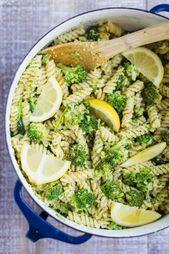 Veganer Zitronen-Brokkoli-Nudelsalat - dieses Rezept ist SEHR schnell und einfach zuzubereiten, da ...