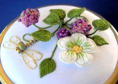 beyaz çiçek desenli stumpwork nakış modeli