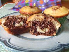 Magdalenas marmoladas de vainilla, almendras y chocolate. Ver receta: http://www.mis-recetas.org/recetas/show/41162-magdalenas-marmoladas-de-vainilla-almendras-y-chocolate