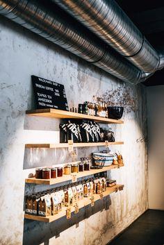 Frühstück & Brunch: Unsere liebsten Hipster-Cafés in Wien - Sommertage Hipster Cafe, Hipster Coffee Shop, Kona Cafe, Brunch Cafe, Vegan Cafe, Industrial Cafe, Lighting Concepts, Tub Shower Combo, Showroom Design