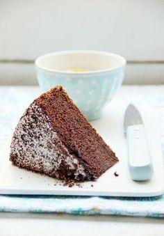chiffon cake de chocolate y naranja : - 75g de harina de arroz - 35g de harina de mijo - 150g de azúcar fina - 1/2 cucharadita de bicarbonato sódico - 1 pizca de sal - ralladura de una naranja - 3 huevos - 60ml de aceite de girasol - 100ml de zumo de naranja - 30g cacao en polvo y azúcar glas para espolvorear