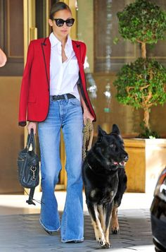 Fabulous street fashion, Nicole Richie: red blazer, white shirt, flared jeans with stiletto heels, leather bag and sunglasses to match. Fashion Mode, Look Fashion, Autumn Fashion, Street Fashion, Curvy Fashion, Nicole Richie Style, Nicole Richie Hair, Jeans Trend, Looks Style