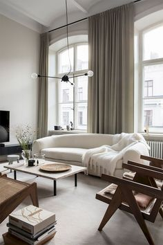 Kunskapstavlan loves this wonderful livingroom filled with calm and harmony and the wooden furnitures.