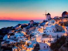 Ver la puesta de sol sobre el mar Mediterráneo de Santorini, una de las islas griegas más bellas.