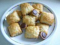 Toffifee in Blätterteig. Als ich sie gebacken habe, sahen sie luftiger aus. Schmecken super lecker.