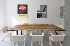 Ein Esstisch aus alten, regionalen Eichenbohlen - ein individueller Holztisch mit natürlicher Baumkante. Ein eleganter Esstisch aus alten, unbesäumten Eichenboh