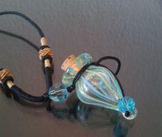 Halskette mit innovativ gestalteter Glasphiole - ätherisches Öl einfüllen und so Lieblings-Öl immer mit dabei haben. Duftet herrlich sanft den ganzen Tag!