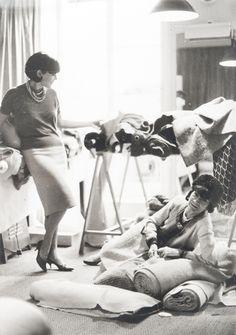 COCO CHANEL........1960....DANS SON ATELIER PARISIEN.......SOURCE MODEREPORTER.CH....... Estilo Coco Chanel, Coco Chanel Fashion, Chanel Style, Coco Chanel Pictures, Mademoiselle Coco Chanel, Gabrielle Bonheur Chanel, Chanel Brand, Personal Image, Chanel Couture