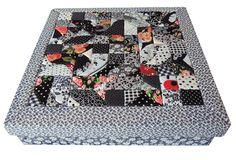 3. Caixa Patchwork quadrada preta com cinza. Área Interna: LxCxA = 24 x 24 x 4,5. Preço: 55,00