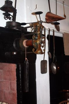 A clockwork spit jack. The Georgian House Museum, Bristol. Much of the cooking is done over an open fire. The closed range has only just been invented. The meat was roasted on spits turned by gravity-driven spit mechanism. Regency House, Regency Era, Wood Oven, Georgian House, Primitive Gatherings, Open Fires, Kitchen Hacks, Blacksmithing, Fireplaces