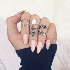 Inspiração do Pinterest pra começar a semana! Quem vai escolher as unhas bem pontudinhas? #ladynailsinspira