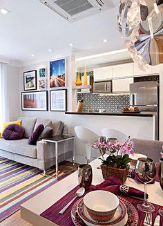 sala de estar com flores, o ambiente integrado tem praticidade e máximo aproveitamento do espaço como palavras de ordem.