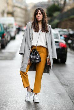 pantalon jaune, manteau gris, blouse blanche, sac trousse, bandoulière chaîne, sneakers blancs Autumn Winter Fashion, Fall Winter, Paris Look, Dressing, Normcore, Street Style, Inspired, Chic, My Style