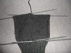 Hjemmelaget: Sokker med gammaldags hælfelling. ( oppskrift) Knitting Socks, Knitted Hats, Knitting Projects, Crochet Top, Diy And Crafts, Pattern, Women, Dessert, Tricot