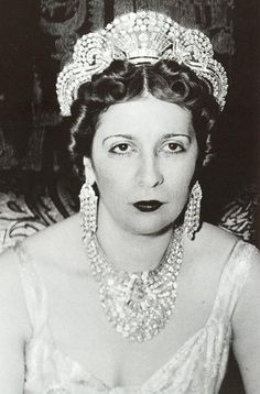 This impressive art deco tiara belonged to Queen Nazli Sabri of Egypt when she was the second wife of King Fuad; she wore it to her coronation in 1919 Royal Crown Jewels, Royal Crowns, Royal Tiaras, Royal Jewelry, Tiaras And Crowns, Jewellery Sale, Circlet, Rose Necklace, Glamour