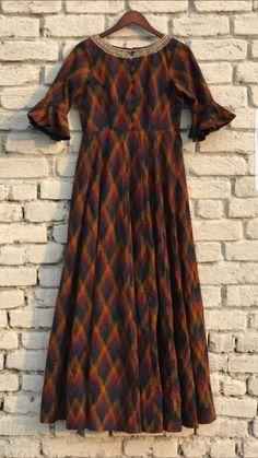 Cotton kurti with neck detailing. Simple Dresses, Pretty Dresses, Casual Dresses, Kurta Designs Women, Salwar Designs, Kalamkari Dresses, Ikkat Dresses, Dress Neck Designs, Blouse Designs