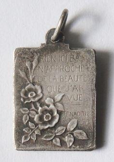 Sint BERNADETTE Vintage religieuze medaille hanger aan 18 inch sterling zilver-rolo ketting, beschikt over een sterke kreeft-klauw gesp. Frans schrijven aan het omgekeerde. Maatregelen 5/8 zonder de baal. Verzilverd.  GESCHIEDENISLES:  Saint Marie-Bernarde Soubirous (7 januari 1844 – 16 April 1879) was een molenaarsdochter geboren in Lourdes. Vanaf 11 februari tot 16 juli 1858 meldde zij 18 verschijningen van een kleine jonge dame die dat een kapel wenst te bouwen op een specifieke locatie…