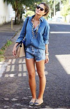 O look todo jeans passa uma imagem de mulher descolada e moderna, além de nos deixar com uma aparência mais jovem. Como o look é praticament...