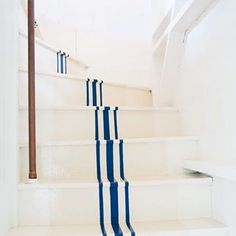 Looking to embrace summer with a seasonal refresh? Our favorite easy summery updates for the home on RM today. Here: Charlotte Tracy's painted stairs in CT. @hannah.m.childs #johnalleearchitect #hannahchildsinteriordesign #Stairs #paintedstairs 📷 @elizabethwatskyphotography