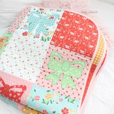 Appliqué Bow Quilt with Strawberry Honey Fabric - Molly and Mama Small Sewing Projects, Bts Funny Videos, Summer Picnic, Applique, Strawberry, Quilting, Honey, Bows, Floral