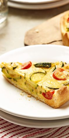Du bist ein Fan der klassischen Quiche Lorraine und auf der Suche nach weiteren leckeren Rezepten dieser Art? Dann solltest du unbedingt unsere Zucchini-Rosmarin-Quiche nachkochen! Wir verwenden Pizzateig, so sparst du Zeit bei der Zubereitung.