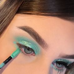 A rule that you should be careful not only for your bridal makeup, but for all your life: Make-up according to your eye and skin color! Cut Crease Makeup, Eyeshadow Makeup, Hair Makeup, Eyeshadow Palette, 20s Makeup, Younique Eyeshadow, Makeup Jobs, Simple Eyeshadow, Dark Eyeshadow