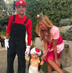 Mario, Princess Peach, and Toad Mario, Prinzessin Peach und Kröte Cute Couple Halloween Costumes, Baby First Halloween, Cute Costumes, Halloween Kostüm, Halloween Outfits, Costume Ideas, Family Costumes For 3, Halloween Couples, Princess Peach Halloween Costume