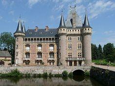 Das Schloss La Clayette (französisch: Château de la Clayette) ist ein Wasserschloss in der gleichnamigen französischen Gemeinde des Arrondissement Charolles des Départements Saône-et-Loire in der Region Burgund.  Das Schloss wurde am 21. Januar 1946 als Monument historique klassifiziert und damit unter Denkmalschutz gestellt. In der Folgezeit und letztmals am 1. Oktober 2002 wurde der Denkmalschutz auf weitere Elemente des Schlosses wie den Hof, die Orangerie und die Kapelle ausgeweitet.[1]…