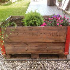 Blomsterkasse laget av en gammel trekasse og en pall. Trukket med plast innvendig. Beiset et strøk.
