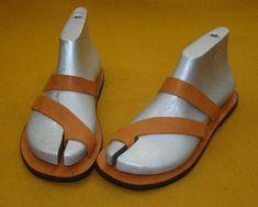 Chinelo Artesanal em Couro Legítimo Masculino M1| Oficina Massu Leather Slippers, Leather Sandals, Half Shoes, Stylish Sandals, Handbag Stores, Leather Flip Flops, Shoe Pattern, Shoemaking, Footwear
