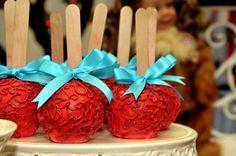 ♥♥♥  Casamento vermelho, turquesa e branco Vale a pena ousar e experimentar cores contrastantes na hora paleta de cores! Que tal ousar e optar por um casamento vermelho, turquesa e branco? http://www.casareumbarato.com.br/casamento-vermelho-turquesa-branco/