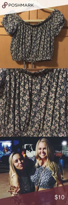 Daisy Print Crop Navy crop top with daisy print. Forever 21 Tops Crop Tops