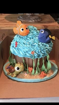 How amazing is this Finding Dory giant cupcake? Thanks to Sian Ceri Jones for sending & Nemo and Dory inspired - Cake by Sweet Scene Cakes #nemocake ...