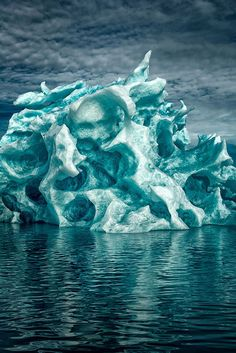 Contemplez ces impressionnants icebergs que la nature a sculptés de la plus belle des façons