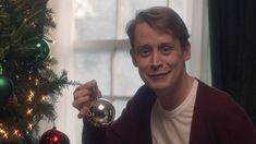 Oh yah, you read right - happy holidays ya filthy animal! Who: Macaulay Culkin / Kevin McCallister What: Remaking our favourite Home Alone Wearing: Red cardi. Kevin Mccallister Now, Kevin Home Alone, Men In Black, Macaulay Culkin, Tv Adverts, Emma Thompson, Gotham, Grinch, Documentaries
