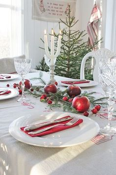 46 Unique Interior European Style Ideas To Inspire Everyone – Home Decoration – Interior Design Ideas – Frohe Weihnachten Christmas Dining Table, Christmas Table Settings, Christmas Tablescapes, Christmas Table Decorations, Swedish Christmas, Cozy Christmas, Scandinavian Christmas, Christmas Flowers, Xmas