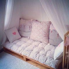 """Por fin hemos empezado a decorar la habitación de Miranda, y una de las cosas que más me gustan es este rincón """"chill out"""". #nursery #babyroom"""