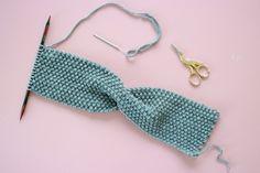Kostenlose Strickanleitung: Stirnband mit Twist Free Knitting Pattern: Headband with Twist – Snaply Magazine Knitting Blogs, Knitting Designs, Free Knitting, Baby Knitting, Knitting Patterns, Knitting Needles, Knitted Headband, Knitted Hats, Crochet Bikini