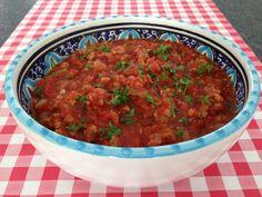 Ook de lekkerste pastasaus met gehakt maak je natuurlijk gewoon helemaal zelf. Bekijk AllesOverItaliaansEten.nl voor het lekkerste recept! Risotto, Tapenade, Pasta Noodles, Italian Recipes, Tapas, Curry, Good Food, Pizza, Healthy Recipes