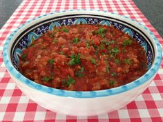 Ook de lekkerste pastasaus met gehakt maak je natuurlijk gewoon helemaal zelf. Bekijk AllesOverItaliaansEten.nl voor het lekkerste recept!