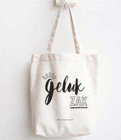 Linnen zak – Gelukzak | Studio Gooselake Silhouette Cameo Gifts, Silhouette Cameo Projects, Little Presents, Little Gifts, Shopping Bag Design, Scan And Cut, Original Gifts, Clutch Wallet, Teacher Gifts