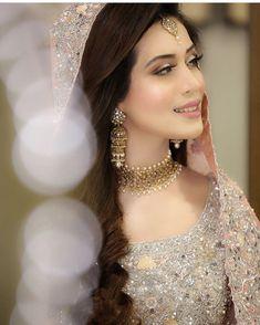 Pak Cheers - Pakistan's Largest Authentic Information Provider Bridal Mehndi Dresses, Pakistani Bridal Makeup, Desi Wedding Dresses, Pakistani Wedding Outfits, Bridal Dress Design, Indian Bridal, Bridal Henna, Nikkah Dress, Bridal Bouquets