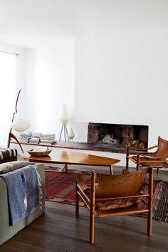 <p>Dans ce petit salon étroit, aménagé dans la longueur, la décoration chaleureuse, réalisée à partir de bois et de teintes chaudes telles que le gris...