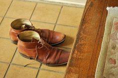 Dejar el calzado en la entrada tiene que ver con el simbolismo del zapato y bien, el zapato es símbolo de PROPIEDAD, de algo unido a uno mismo, de ego en definitiva.