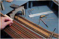 Pieza fundamental, en cualquier maqueta Suiza es la instalación de su característica catenaria.   Imágenes de las diversas fases del proceso de montaje.
