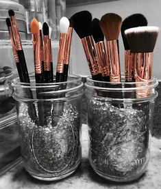 Sigma make up brushes in Copper. Mason Jar make up brush holder! DIY: things to do with a mason jar. Makeup Jars, Diy Makeup Brush, Makeup Brush Holders, Makeup Remover, Makeup Geek, Makeup Tools, Skin Makeup, Makeup Table Vanity, Diy Vanity