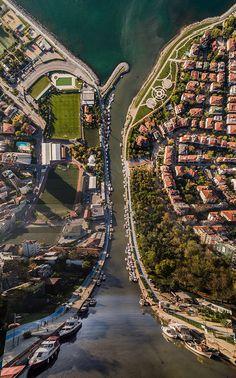 Aydın Büyüktaş, Düzülke serisinde İstanbul'un en ünlü tarihi yapılarını ve gündelik yaşam alanlarını dönüştürerek yepyeni bir görsellik ve geometri elde ediyor.