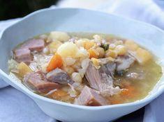Tradisjonell gul ertesuppe med salt svineknoke er skikkelig god og raus middagsmat som er perfekt