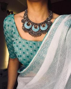 Where Can One Shop Wedding Jewellery Online White cotton saree with blue silver oxidized jewelery. Sari Bluse, Saree Jewellery, Jewellery Shops, Gold Jewellery, Jewelry Stores, Silver Jewellery Indian, Selling Jewelry, Indische Sarees, White Saree